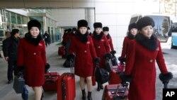 北韓啦啦隊員2018年2月7日通過非軍事區抵達南韓一側 (美聯社)