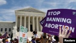 Para aktivis hak-hak aborsi berunjuk rasa di luar Mahkamah Agung AS di Washington, 21 Mei 2019.