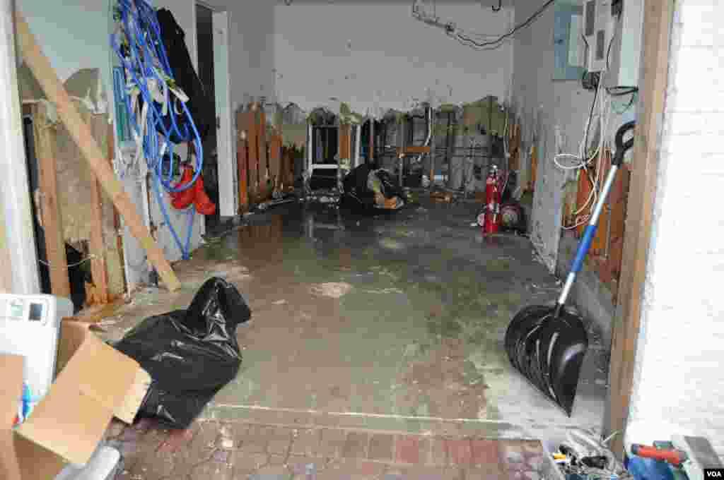 Это гараж первом этаже в одном из пострадавших домов, который совершенно затопила вода