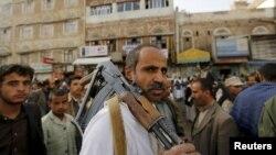 一名胡赛武装人员2015年6月14日在萨那参加集会反对沙特领导的盟军进行的空袭