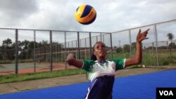 Florence Amara in action on the volleyball court, Freetown, Sierra Leone, July 22, 2015. (N. deVries/VOA News)
