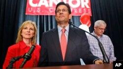 Anggota Kongres AS, Eric Cantor (tengah) pendukung reformasi imigrasi kalah dalam pemilu primer Partai Republik (10/6).