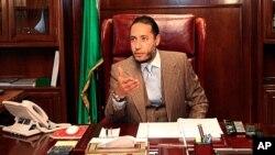 Saadi Gaddafi, mtoto wa kiume wa kiongozi wa zamani wa Libya Muammar Gaddafi, akizungumza na waandishi wa habari ofisini kwake mjini Tripoli, January 31, 2010.