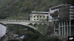 Wilayah China terlihat di sebelah kanan Friendship Bridge dari desa Liping di perbatasab Nepal-Tibet, 105 kilometer sebelah utara Katmandu (Foto: dok).