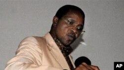 Rais Jakaya Kikwete aakipiga akura yake katika kijiji chake huko Msoga octoba 31, 2010