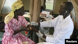 Một phụ nữ Uganda được xét nghiệm HIV/AIDS miễn phí