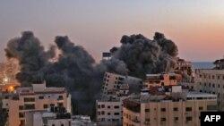 Asap mengepul dari serangan udara Israel di kompleks Hanadi di Kota Gaza, yang dikendalikan oleh gerakan Hamas Palestina, pada 11 Mei 2021. (Foto: AFP/Mohammed Abed)