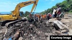 Tim SAR Gabungan evakuasi korban banjir bandang yang tertimbun material tanah dan bebatuan di desa Waematan, Kabupaten Lembata, NTT, Kamis (8/4) (Courtesy: Basarnas Makassar).