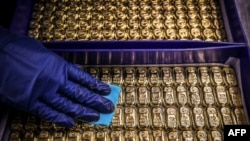 Një punonjës pastron shufrat e arit në ABC Refinery në Sidnei (5 gusht 2020)