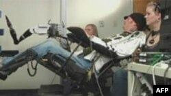 Paraplegičar Tim Hemes u prisustvu rodbine vežba sa veštačkom rukom koju kontroliše sopstvenim mislima