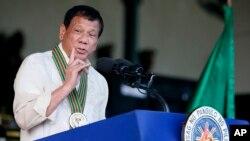 Le président philippin Rodrigo Duterte s'adresse aux soldats lors de la célébration du 120e anniversaire de l'armée nationale à Fort Bonifacio, à l'est de Manille, Philippines, le 4 avril 2017.