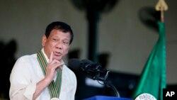 Perezida wa Philippine, Rodrigo Duterte ashikiriza ijambo abasirikare biwe mugihe bibuka imyaka 120 igisirikare kimaze kibayeho