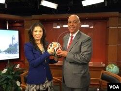 副助卿佩雷斯手握扫雷教育用的足球(美国之音张蓉湘拍摄)