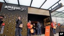 人們站在亞馬遜公司在西雅圖開辦的由人工智能驅動的線下實體商店的門外。 (2018年1月22日)