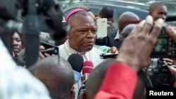 Marcel Utembi, président de la Conférence épiscopale nationale du Congo, répond aux questions des journalistes lors du dialogue entre opposition et gouvernement à Kinshasa, RDC, 30 décembre 2016.