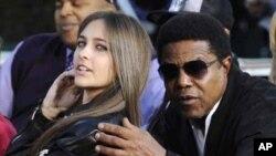 Paris Jackson, putri mendiang Michael Jackson, bersama pamannya Tito dalam sebuah acara. (Foto: Dok)