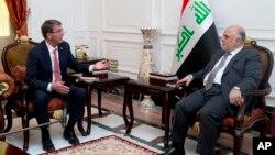 دیدار اشتون کارتر وزیر دفاع آمریکا (چپ) با حیدر العبادی نخست وزیر عراق در بغداد - تابستان ۱۳۹۴