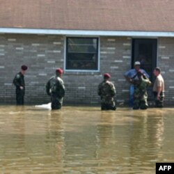 陆军伞兵帮当地警察劝飓风灾民撤离