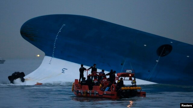 "Maritime police search for missing passengers in front of the South Korean ferry ""Sewol"" which sank at the sea off Jindo, Apr. 16, 2014."