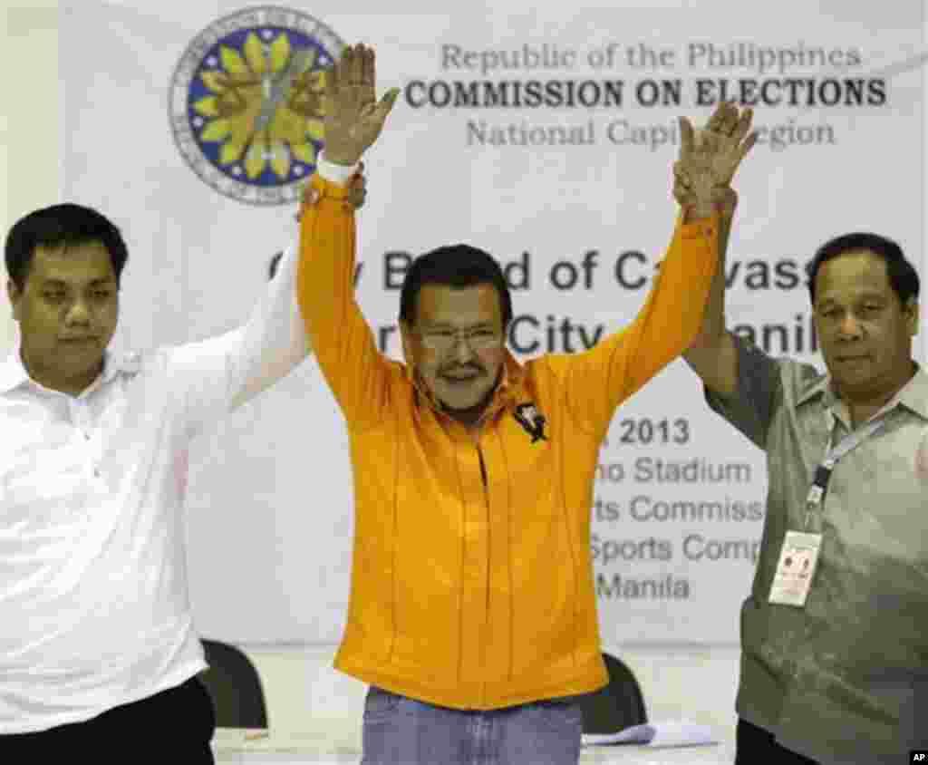 필리핀 총선 개표가 진행되고 있는 14일 당선이 확실시된 조셉 에스트라다 신임 마닐라 시장(가운데)이 승리를 자축하고 있다.