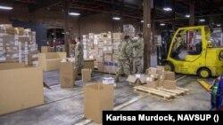 Спеціалісти з логістики та солдати з резерву ВМС США сортують медичне обладнання для допомоги Україні. 1 вересня 2020 року