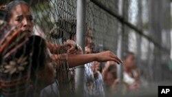 Cada vez que hay un motín carcelario los familiares de los presos viven horas de incertidumbre por la poca información de lo que sucede dentro de los penales.
