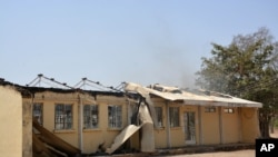 Sisa-sisa Perguruan Tinggi Federal yang terbakar di Buni Yadi, Nigeria, 25 Februari 2014.