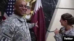 عکسی از ویدئویی که دو سرباز آمریکایی با پرچم قطر شوخی می کنند.