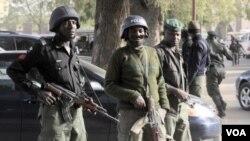 Polisi Nigeria siaga di kota Kano. Nigeria kembali diguncang kekerasan ledakan dan penembakan hari Jumat (24/2).