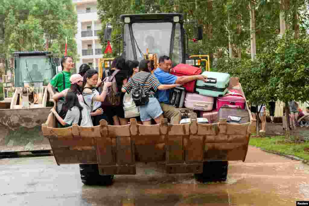 广西桂林一所大学用推土车运送学生,车满为患,有行李快要掉下去了(2017年7月3日). 据广西壮族自治区民政厅报告,桂林、柳州、贺州等13市64个县(市、区)164.4万人受灾,20人死亡,14人失踪,16.9万人紧急转移安置;直接经济损失46亿元。