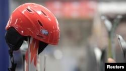 O capacete que o piloto usava enquanto esquiava