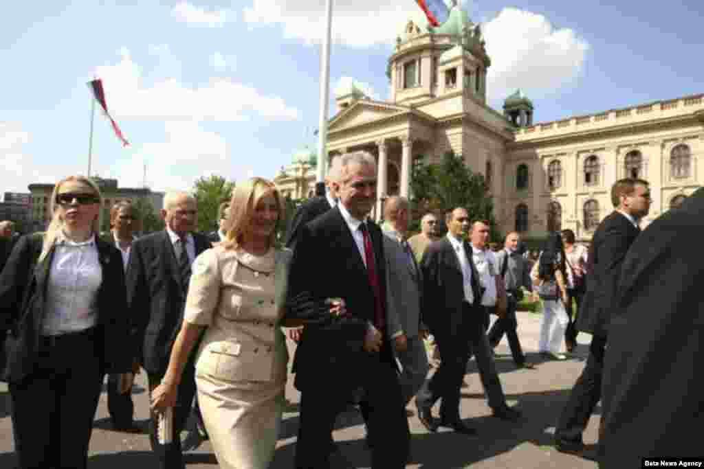 Nakon polaganja zakletve Nikolić je izašao da pozdravi pristalice ispred Skupštine.