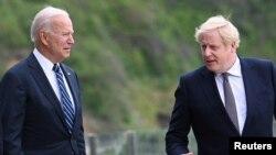El presidente de Estados Unidos, Joe Biden conversa con el primer ministro británico, Boris Johnson, antes de la cumbre que sostuvieron ambos líderes en Carbis Bay, Inglaterra, el 10 de junio de 2021.