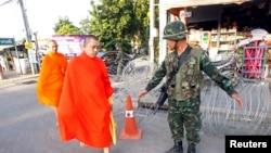一名泰國佛教僧侶途徑戒嚴士兵的檢查站