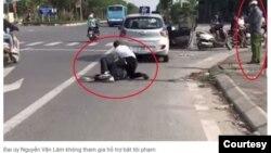 Công an Nguyễn Văn Lâm đứng nghe điện thoại trong lúc vụ cướp xảy ra. Hình: Trích xuất từ báo Thanh Niên.