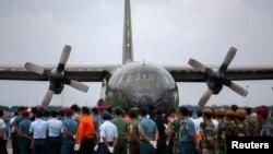 Pesawat militer yang membawa jenazah penumpang AirAsia penerbangan QZ8501 dari Pangkalan Bun, Kalimantan, tiba di pangkalan militer di Surabaya (3/1). (Reuters/Athit Perawongmetha)