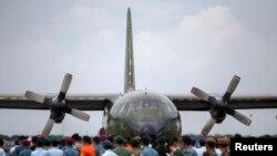 Máy bay quân sự chở quan tài chứa hài cốt của hành khách trên chuyến bay AirAsia QZ8501 tới pcăn cứ quân sự ở Surabaya.