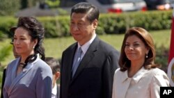코스타리카를 방문한 시진핑 중국 국가주석(가운데) 부부가 3일 라우라 친치야 코스타리카 대통령(오른쪽)이 주최한 환영식에 참석했다.