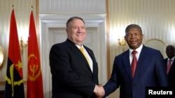 마이크 폼페오 미 국무장관이 17일 앙골라 수도 루안다에서 주앙 로렌수 앙골라 대통령과 만나 악수하고 있다.
