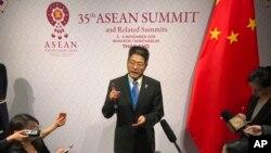中國外交部副部長樂玉成2019年11月4日在東盟峰會上對記者講話。(美聯社照片)