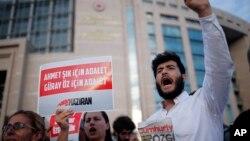 Wartawan dan aktivis berunjuk rasa di luar pengadilan di Istanbul, 28 Juli 2017, memprotes peradilan wartawan dan staf surat kabar Cumhuriyet.