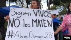 Familiares de víctimas del terremoto de esta semana en México piden no abandonar su búsqueda. Foto: Celia Mendoza, VOA