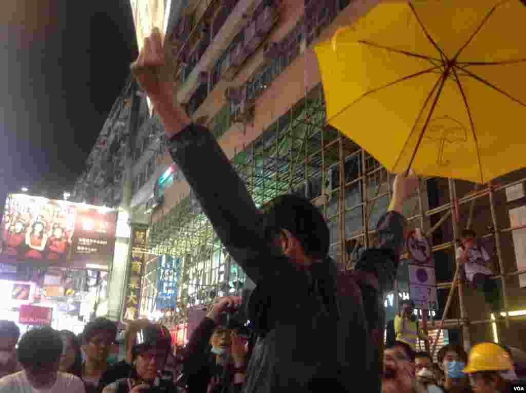 """大批市民连续第二晚在旺角与警方""""巷战"""" (美国之音海彦拍摄 )"""