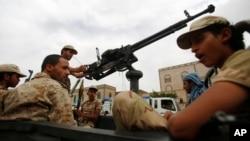 Pemberontak Syiah Houthi melakukan patroli di jalanan ibukota Sana'a, Yaman (24/7).