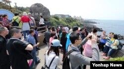 한국의 황금연휴 둘째날이자 임시공휴일인 6일 제주도 용두암 일대가 관광객들로 북적이고 있다.