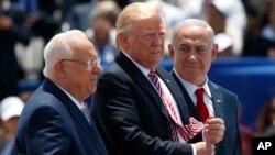 Le président israélien Reuven Rivlin, le président américain Donald Trump et le Premier ministre israélien Benjamin Netanyahu, Aéroport international David Ben Gourion, Tel Aviv, Israël, le 22 mai 2017.