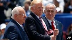 Le président américain, Donald Trump, aux côtés du Premier ministre israélien Benjamin Netanyahu à gauche, et du président israélien Reuven Rivlin, à ben Gurion, le 22 mai 2017.