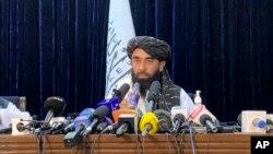 Phát ngôn viên của Taliban, Zabihullah Mujahid, trong cuộc họp báo đầu tiên ở Kabul vào ngày 17/8/2021.