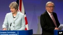 PM Inggris Theresa May (kiri) dan Presiden Komisi Eropa Jean-Claude Juncker dalam konferensi pers bersama di Brussels, Belgia (foto: dok).