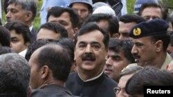 یوسف رضا گیلانی، صدراعظم پاکستان در میان محافظینش